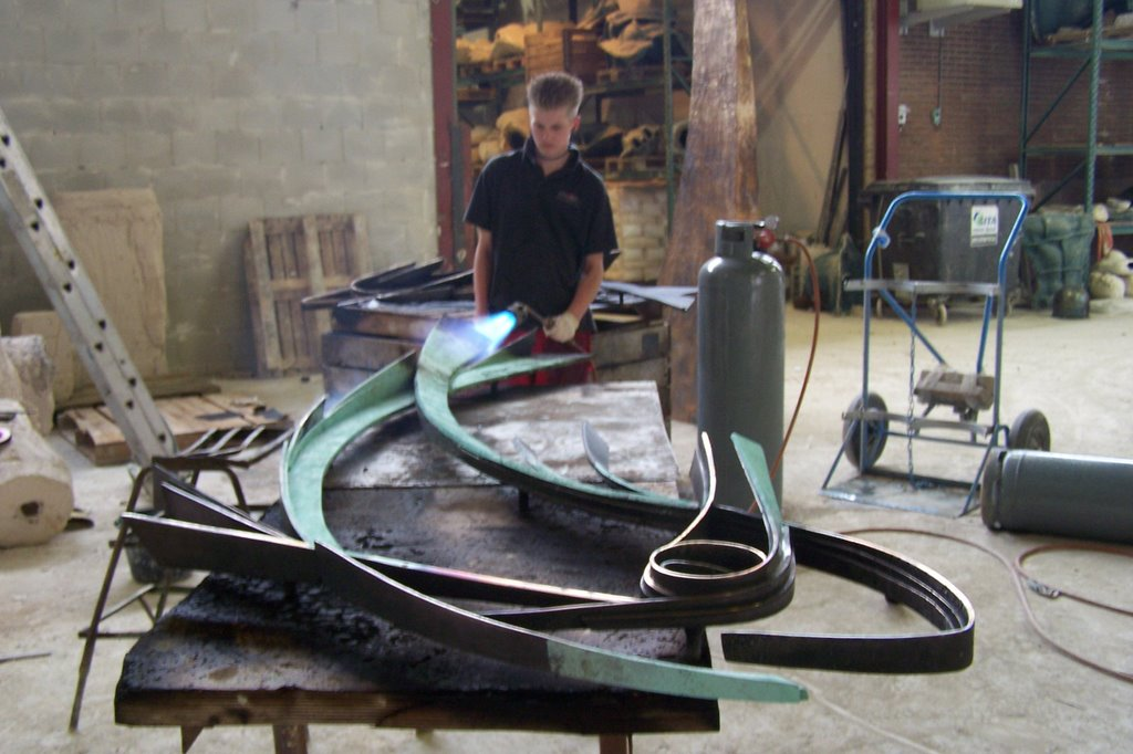 Gieterij Atelier80 wordt een deel van relief vissen gepatineerd.